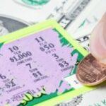 Trova il biglietto vincente della lotteria, da un milione, e lo restituisce a chi l'aveva buttato